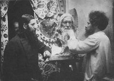 Г.Е. Распутин и Н.Л. Аронсон у бюста старца. Снимок 1915 г.