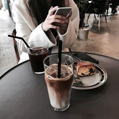 Imagem de coffee, dessert, and food Iced Coffee, Coffee Drinks, Coffee Time, Coffee Shop, Coffee Dessert, Coffee Break, Aesthetic Coffee, Aesthetic Food, Brown Aesthetic