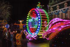 Parada noturna da Disneyland é a primeira a receber equipamentos para ajudar deficientes visuais e auditivos