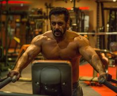A shirtless Salman Khan flaunting his jaw-dropping physique is everything you need to see today - view pic! - [In Pic] A shirtless Salman Khan is here to show you how to get a jaw-dropping physique like him Bollywood Stars, Bollywood News, Salman Khan Wallpapers, Salman Khan Photo, Shahrukh Khan, Francisco Lachowski, New Gossip, Celebrity Gossip, Celebrity Fitness
