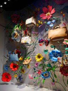 Gucci visual merchandising display with beautiful flower and nature decorations. Window Display Design, Store Window Displays, Visual Merchandising Displays, Visual Display, Boutique San Francisco, Design Ikea, Vitrine Design, Architecture Art Nouveau, Flower Shop Design
