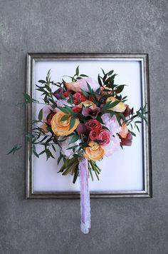 Свадебный букет из потрясающих пионов, ранункулюсов, темно-фиолетовых калл и кустовых роз
