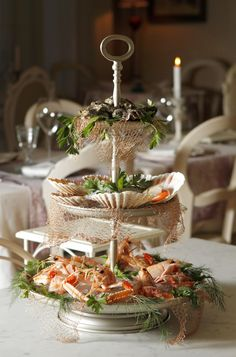 Antipasti primi e secondi a base di pesce freschissimo che ogni giorno arriva da Chioggia, e di verdure rigorosamente di stagione. Mare e orto si incontrano con delicatezza, così da esaltare i profumi, le densità, i sapori di ciascun cibo.