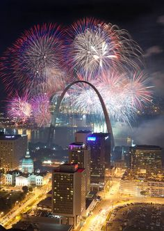 Fourth of July at The Gateway Arch in St Louis, Missouri. Saint Louis Arch, St Louis Mo, St Louis Blues, Happy New Year Fireworks, Gateway Arch, Nouvel An, Places To See, Cool Pictures, Amazing Photos