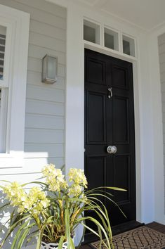 Neutrals are a classic favourite for exterior schemes but have you ever considered the role that a crisp white trim has to play? If you are putting together an exterior colour scheme you should click through to read further. Exterior Design, Newport House, Paint Colors For Home, Beach House Exterior, House Exterior, House Paint Exterior, House Painting, Hamptons House, Exterior House Colors