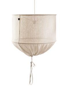 Hitta en lampskärm på loppis och en fin gardin och gör själv till lampa i vardagsrummet?