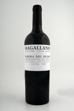 """""""Magallanes"""" es un vino excelso elaborado con uva de la variedad tempranillo 100% procedente de viñedos muy viejos entre los 80 y los 100 años, situados en las zonas más altas y orientales de la denominación de origen. Envejecido 22 meses en barricas de roble francés."""