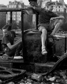 Robert Doisneau, La voiture fondue, 1944.