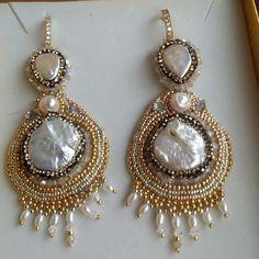 Orecchini in embroidery color oro e argento con perle scaramazze e perle di fiume e swarovkji#embroiderj#gioielli colorati#handemade#perle#