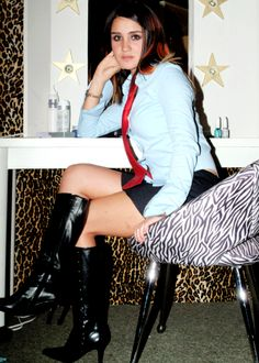 Amateur brunette seated at home in black boots Brunette Beauty, Dresscode, Blake Lively, Strike A Pose, Knee High Boots, Sexy Outfits, Girl Crushes, Black Boots, Leather Skirt