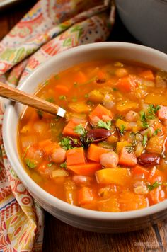 Syn Free Vegetable and Bean Stew - A perfect hearty filling dish to serve on a cold winter's day. Slimming World and Weight Watchers friendly Slimming Eats, Slimming World, Diet Recipes, Cooking Recipes, Healthy Recipes, Bean And Vegetable Soup, Bean Stew, Crock Pot Soup, Healthy Cat Treats