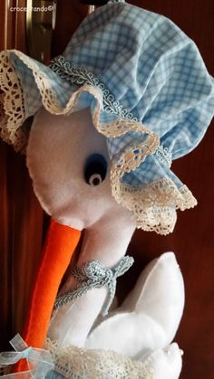 cicogna finita testa Felt Crafts Patterns, Soft Sculpture, Baby Shower Cakes, Dinosaur Stuffed Animal, Barbie, Toys, Disney Characters, Animals, Mamma