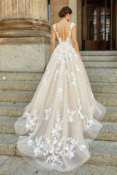 Brautkleid lange schleppe novabella Wedding Dress Train, Country Wedding Dresses, Wedding Dress Trends, Wedding Dress Sleeves, Modest Wedding Dresses, Wedding Dress Styles, Wedding Gowns, Simple Gowns, Dress Plus Size
