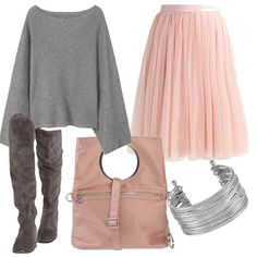 Ho mescolato due colori per un look giovane e allegro: stivali al ginocchio in camoscio, un ampio maglione morbido, una gonna larga, sui toni del rosa, una originale borsa rosa e per finire un bel bracciale argento.