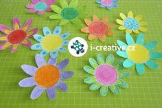 Kvetoucí papírové květiny ve vodě