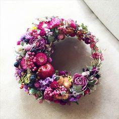 A-symetrical Wreath ~ Lovely Corona Floral, Fleur Design, Christmas Wreaths, Christmas Decorations, How To Preserve Flowers, Summer Wreath, Diy Wreath, Ikebana, Dried Flowers