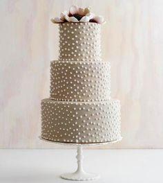 Esta tarta de #boda sencilla con perlas es muy elegante / This pearl, matte #wedding cake is very elegant