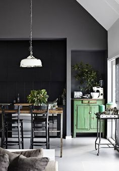 It's high time to put an end to all the prejudice for dark walls. Anthracite walls are perfect for modern interior design style. Apartment Kitchen, Kitchen Interior, Kitchen Decor, Kitchen Ideas, Kitchen Paint, Interior Modern, Kitchen Walls, Interior Office, Japanese Interior