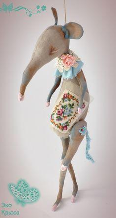 Мягкая и теплая крыса выполнена из натуральных тканей и материалов в ЭКОлогическом стиле.