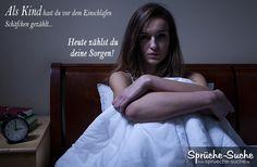 Frau kann aufgrund ihrer Sorgen nicht Einschlafen