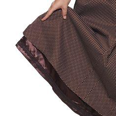 Maggie Brown - Mooie klassieke katoenen bruine jurk met witte stipjes; zowel lijfje als rok zijn helemaal gevoerd: lijfje en mouwen met bruin-wit geruite katoen, rok met bruine satijnen voering.   De manchetten hebben een splitje en kunnen zowel naar boven als naar beneden gedragen worden.   Het losse striklint is aan 2 kanten te gebruiken (zie detailfoto's).   Wordt geleverd met los roze kersen speldje!   Deze jurk heeft een wijd uitstaande rok die ook met een bescheiden petticoat te dragen…
