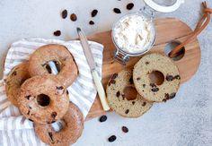 Bagels går man aldrig fejl af, men hvorfor ikke prøve dem på en ny, sund måde? Få den lækre opskrift med kanel og rosiner lige her