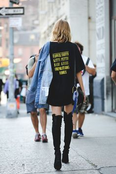 Wer braucht schon Hosen, wenn er Overknees hat.  #refinery29 http://www.refinery29.de/2016/09/123044/nyfw-spring-2017-best-street-style-outfits#slide-40