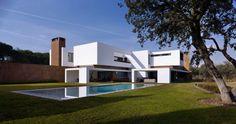 + Arquitetura :   Projeto da Dahl Architects + GHG Architects, a casa esta localizada em Madrid (Espanha).