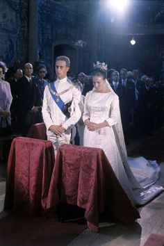 1964 The wedding of Prince Amedeo of Savoy, Duke of Aosta, to Princess Claude Marie Agnès Catherine d'Orleans, at Sintra, Portugal. Royal Wedding Gowns, Wedding Wows, Royal Weddings, Wedding Dresses, British Royal Families, Royal Brides, Diana Spencer, Royal House, Royal Jewels
