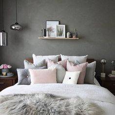 Love this beautiful grey and pink bedroom! Image @decoride