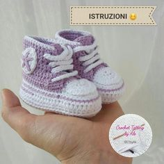 Come realizzare scarpine da neonato simil-converse a uncinetto, tutorial fotogra… How to make crochet-like baby boy crochet shoes, photo tutorial, easy crochet instructions to create … Crochet Baby Cardigan Free Pattern, Crochet Baby Jacket, Baby Girl Crochet, Crochet Baby Shoes, Baby Knitting Patterns, Crochet For Kids, Crochet Converse, Crochet Baby Booties, Baby Shoes Pattern