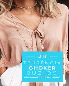 Os colares de búzios têm o estilo praiano, mas super compõem looks mais sofisticados e até opções descoladas para usar pela cidade, um bom exemplo é um look com uma blusa cropped ou body + choker búzios + uma corrente compridona. #lookjulianarocha #julianarochasemijoias INSTAGRAM: @rochasemijoias