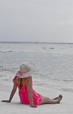 Menina na praia vestido rosa