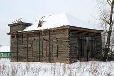 Une ancienne synagogue en bois, utilisée désormais comme remise, à Kurkliai en Lituanie, le 23 mars 2013