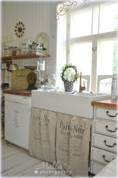 Asombroso Like the butcher block counters with the white distressed cabinets. Love the wal. Like the butcher block counters with the. Shabby Chic Cottage, Shabby Chic Homes, Shabby Chic Decor, Cottage Kitchens, Home Kitchens, White Distressed Cabinets, Cozinha Shabby Chic, Kitchen Design, Kitchen Decor