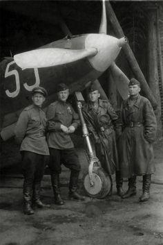 Офицеры 124/102-го гвардейского истребительного авиаполка на фоне истребителя Р-39 «Аэрокобра»