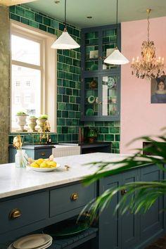 New Kitchen Retro Decor Interior Design 18 Ideas Green Kitchen Decor, Green Kitchen Cabinets, Kitchen Colors, New Kitchen, Blue Cabinets, Kitchen Ideas, Square Kitchen, Eclectic Kitchen, Kitchen Themes