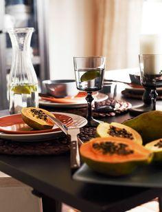Detail servírovacieho riadu a pohárov IKEA s jedlom a nápojmi.