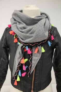 Sjaaltje zwart/wit met gekleurd kwastjesband, 1 maat