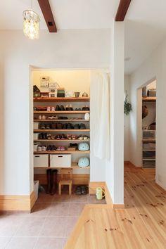 玄関横にはシューズクローク、さらに奥にはウォークスルークローゼット…と収納スペースをしっかり確保!