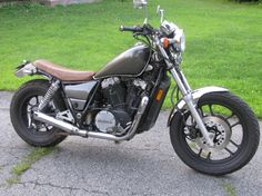 I picked up this 83 Honda shadow 750 recently and really love the motor but not the look / fit of the rest of the bike. Norton Cafe Racer, Triumph Cafe Racer, Cafe Racer Bikes, Cafe Racer Build, Honda Magna Bobber, Honda Shadow Bobber, Modern Cafe Racer, Honda 750, Motorcycle Dirt Bike