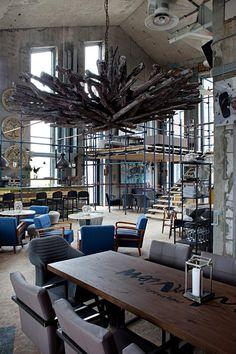 Творческая команда студии P H. D разработала интерьер популярного ресторана Door 19 в Москве.