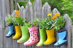 Transforme as galochas chulezentas em floreiras cheirosas! kkkk