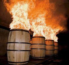 После выгорания сена в этих дубовых бочках будет выстаиваться БУРБОН - Кентукии, США