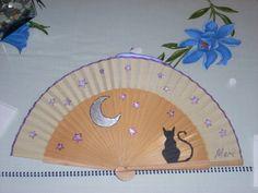 Abanico pintado a mano por Luisi Hand Held Fan, Hand Fans, Cat Crafts, Pinwheels, Beautiful Hands, Cross Stitch Patterns, Exotic, Diy, Fan Art