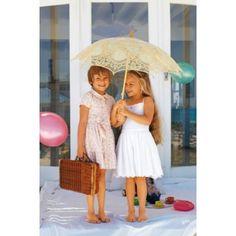 """Vestido infantil Como em """"Alice no País das Maravilhas"""", a convidada especial para o lanche merece um vestido a condizer! Como este vestido florido de gola redonda, manguinhas e folho largo no remate da bainha. O vestido branco com alças, em cambraia bordada da um ar de nobreza a peça"""