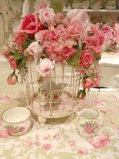 27 Trendy old bird cage ideas shabby chic tea parties Shabby Chic Flowers, Shabby Chic Pink, Vintage Shabby Chic, Style Vintage, Shabby Chic Decor, Vintage Birds, Vintage Roses, Bird Cage Centerpiece, Bird Cages