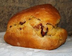 Folar de Chaves – Portuguese Easter bread with chourico and bacon – yummmmmmm Folar de Chaves – Portugiesisches Osterbrot mit Chourico und Speck – yummmmmmm – Portuguese Sweet Bread, Portuguese Recipes, Portuguese Food, Portuguese Desserts, Great Recipes, Favorite Recipes, Easter Traditions, Easter Recipes, Easter Ideas