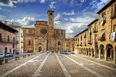 Square and Cathedral, Sigüenza está ubicada al norte de la provincia de Guadalajara, en el alto valle del río Henares conocido como el «valle de Sigüenza»