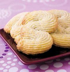 Asta este reteta ORIGINALA pentru Prăjitura Vis de cocos, cel mai delicios desert pe care il vei manca in viata ta! Fa-o, toti te vor lauda! E simpla tare! Halloumi Burger, Biscotti Cookies, Lemon Cream, Dessert Recipes, Desserts, Cookie Bars, Diy Food, Coco, Italian Recipes